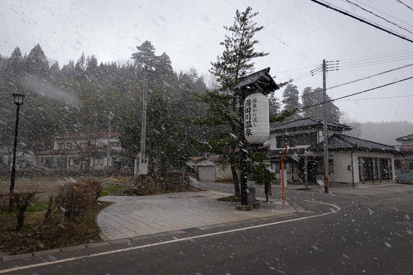 雪が降る湯田川温泉