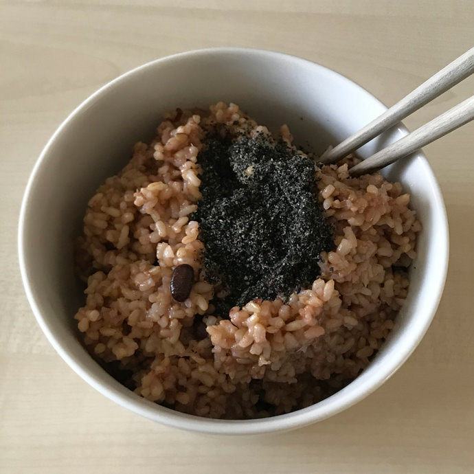 ごま塩をかけた発芽酵素玄米