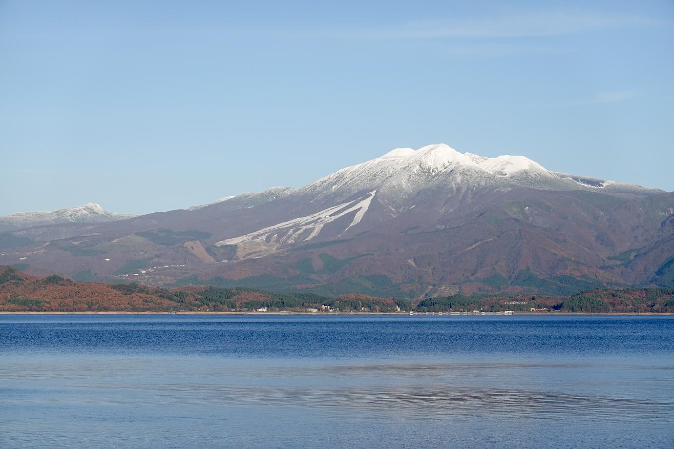 雪で白く染まった山