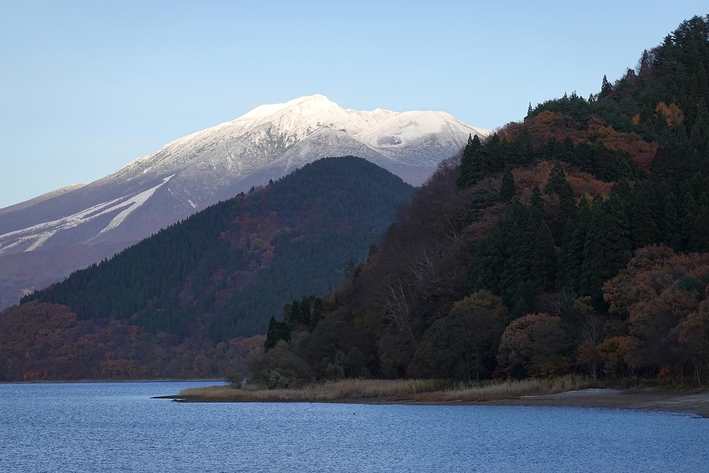 田沢湖と山々