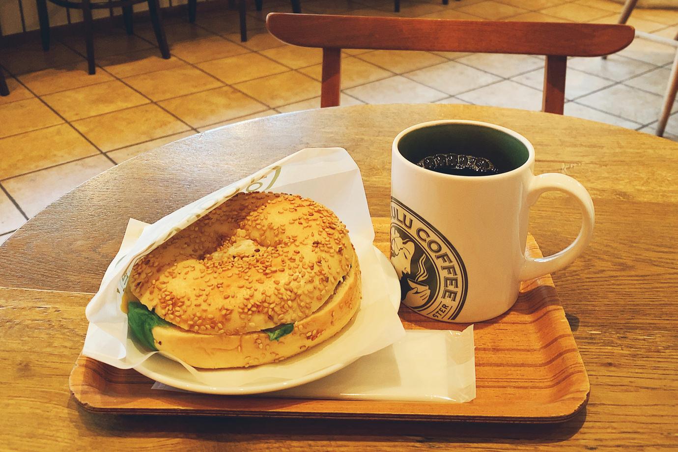 パストラミビーフチーズベーグルとマカダミアナッツフレーバーコーヒー