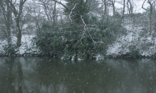 大雪の千秋公園のお堀