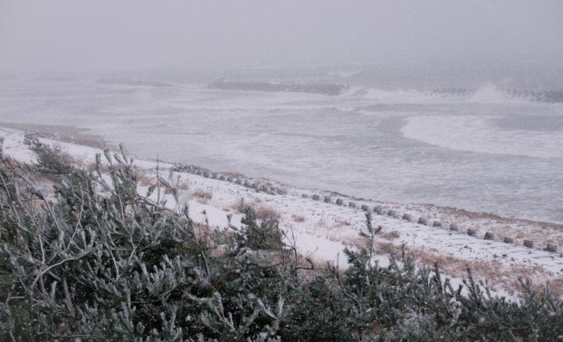 雪が降る日本海