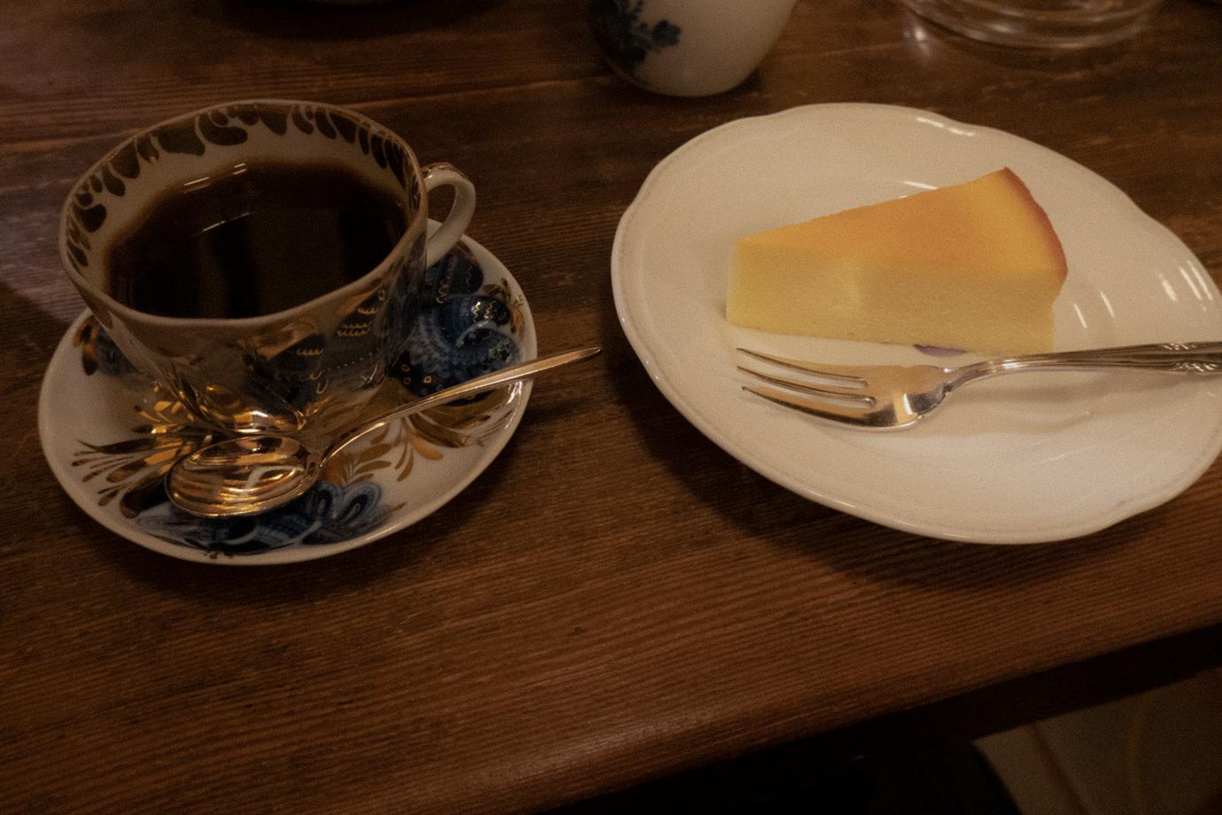 アンセーニュダングルのチーズケーキとコーヒー