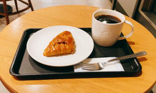 キャラメルトフィースコーンとホットコーヒー