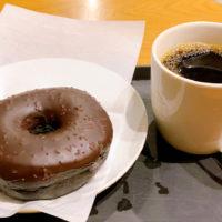 チョコレートクリームドーナツとドリップコーヒー
