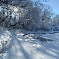 雪がつもった公園