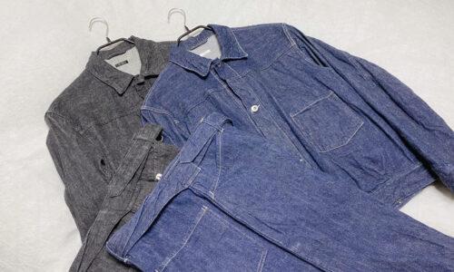 COMOLIのデニムジャケットとベルテッドパンツ
