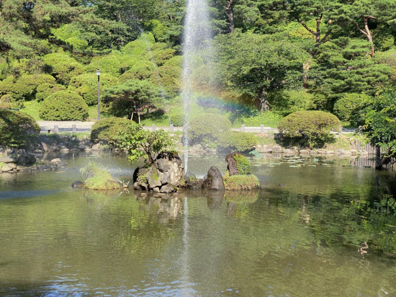 虹が浮かぶ噴水